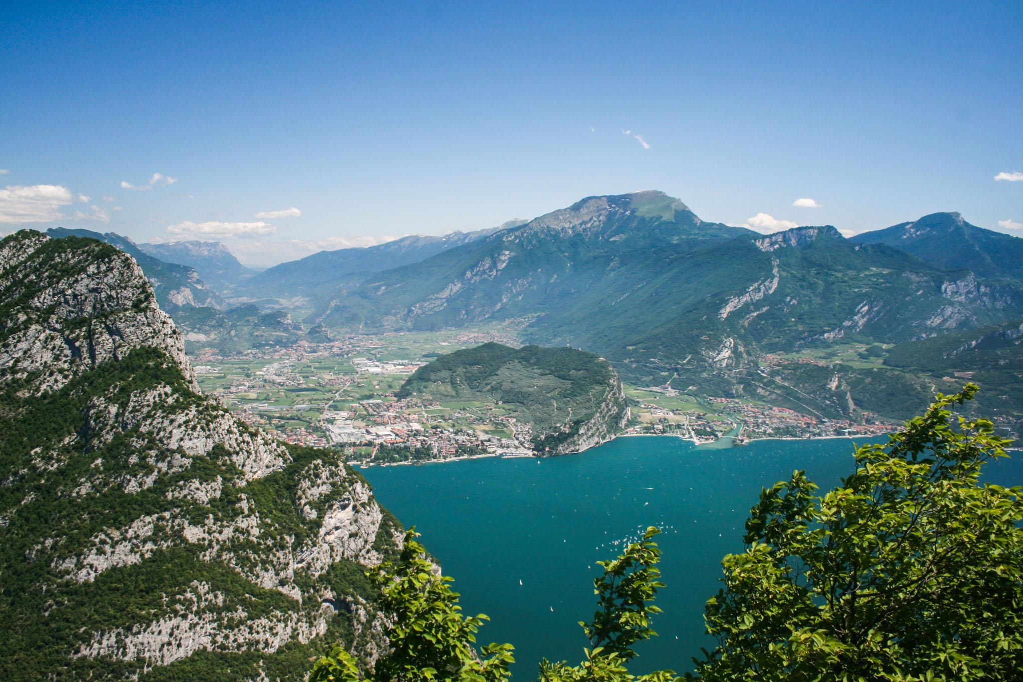 Blick vom Nodice zum Ponale, auf Riva del Garda und den Monte Brione