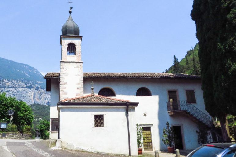 Die Wanderung beginnt und endet an der Kirche von Laghel