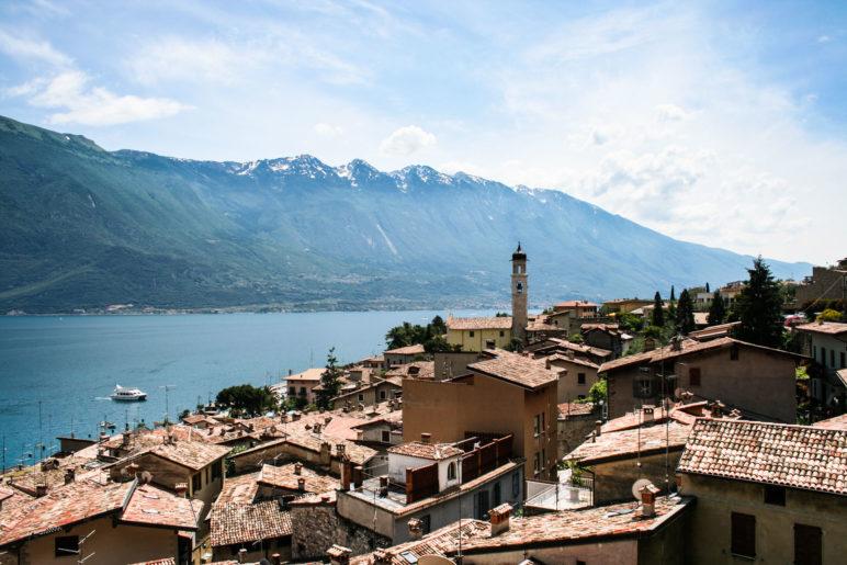 Blick über die Dächer von Limone und den Gardasee bis zum Monte Baldo
