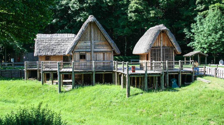 Zwei der nachgebauten Pfahlbauten-Häuser im Museo delle Palafitte