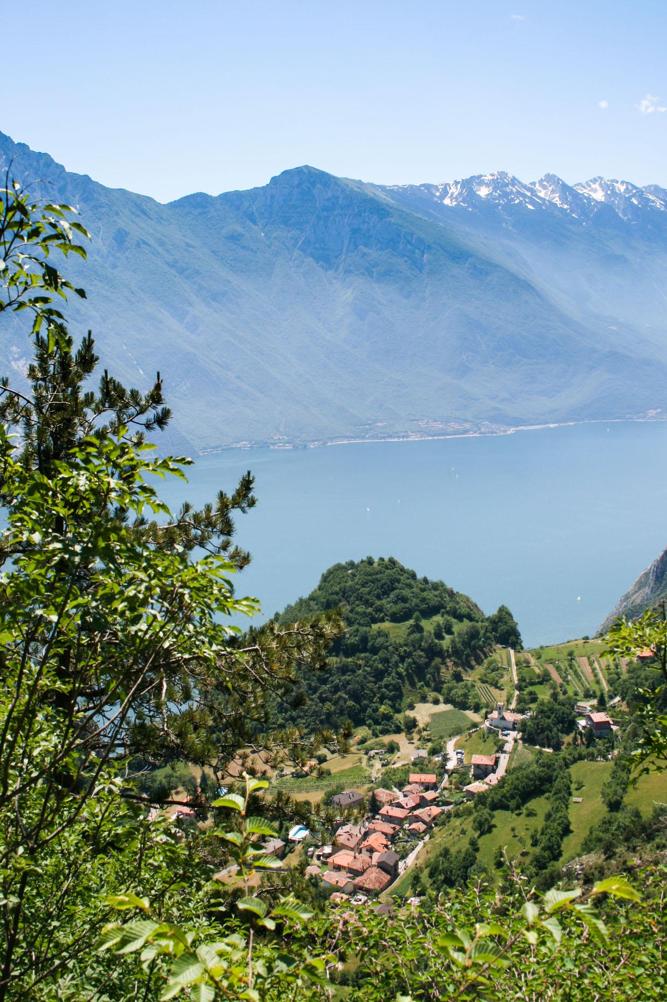 Unten liegt Pregasina, gegenüber der Monte Baldo