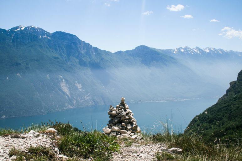 Oberhalb von Pregasina, Blick zum Monte Baldo. Was heißt eigentlich Steinmandl auf italienisch?