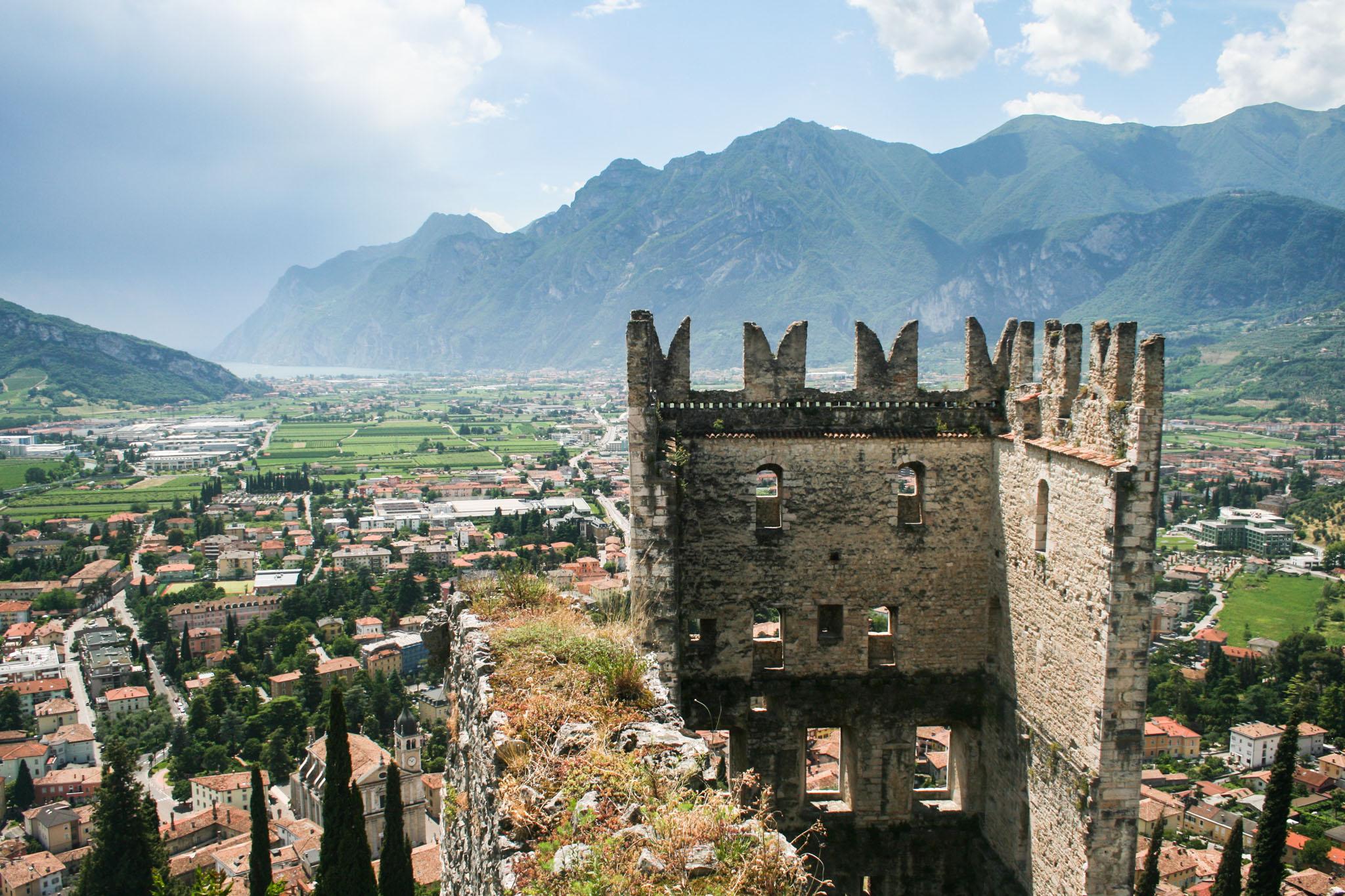 Der Burgturm und der nördliche Gardasee mit Riva del Garda