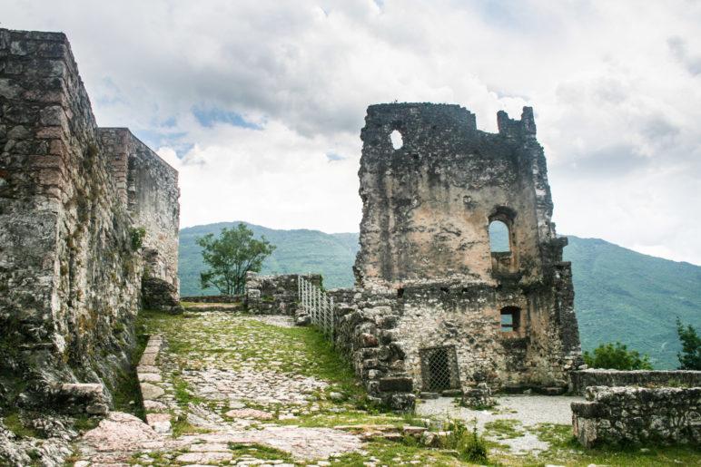 Im Innenhof der Burg Arco