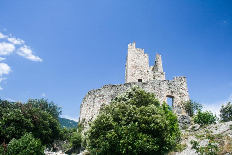 Noch ein Blick auf die Burg Arco und eine der mächtigen Mauern, die noch stehen