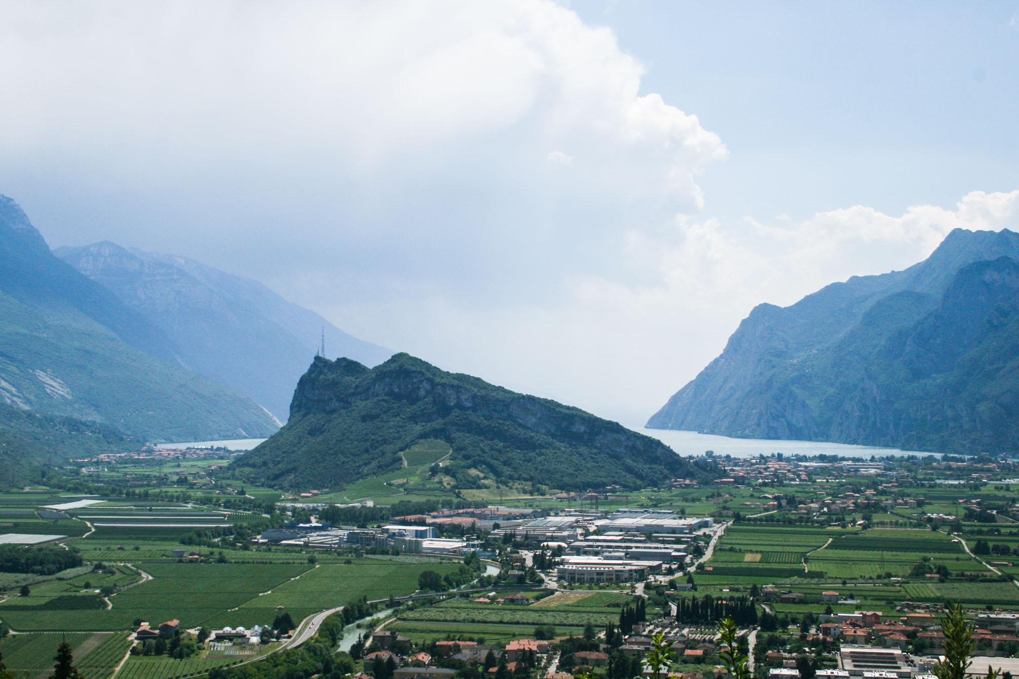 Blick von der Burg Arco zum Monte Brione und auf den Gardasee