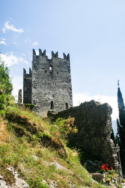 Am Eingangsbereich zur Burg Arco