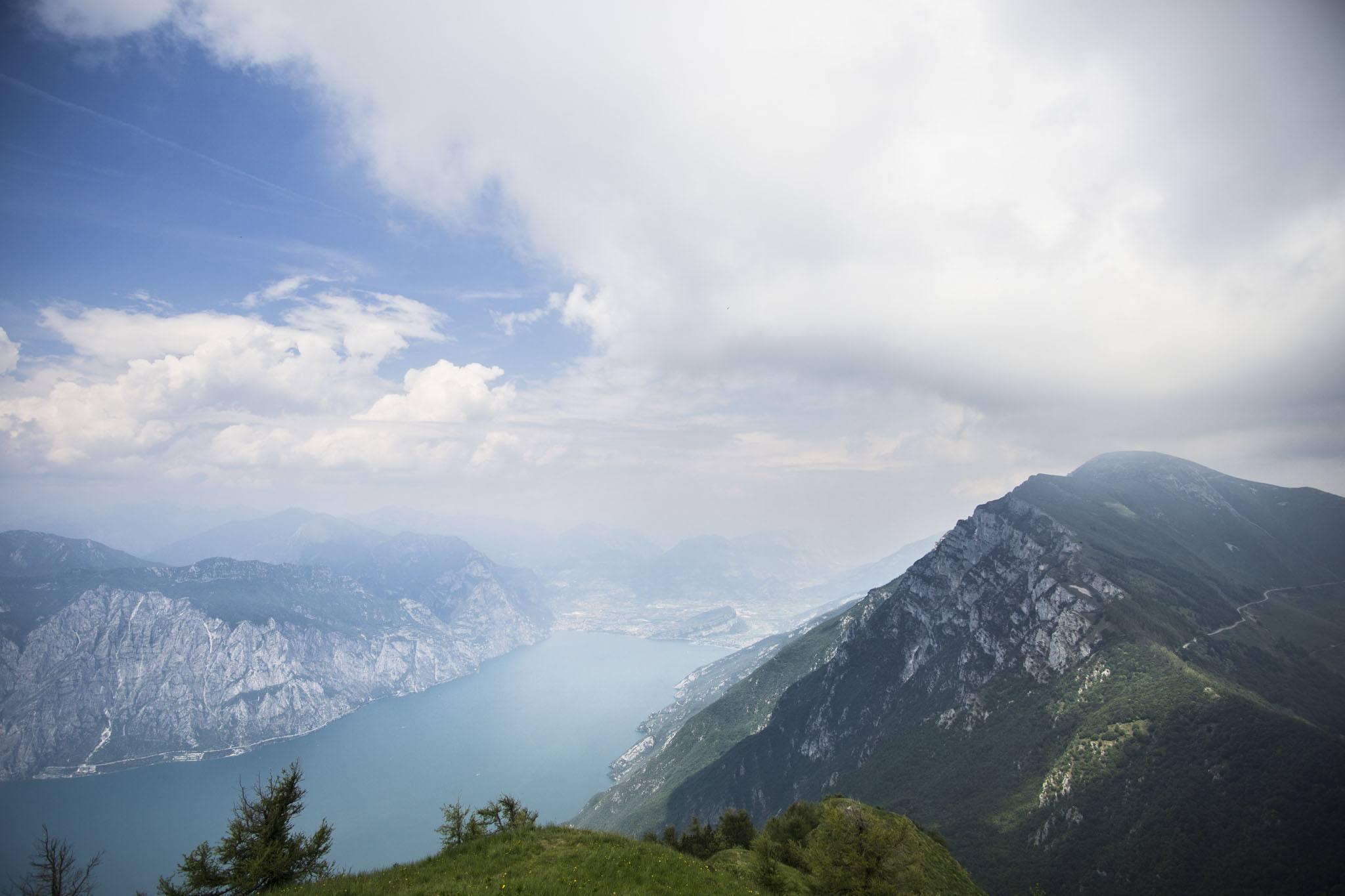 Blick vom Aussichtspunkt zum nördlichen Gardasee-Ufer