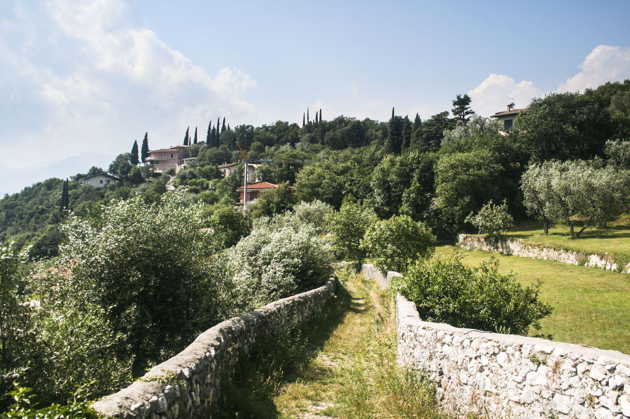 Wanderweg zwischen Steinmauern oberhalb von Malcesine