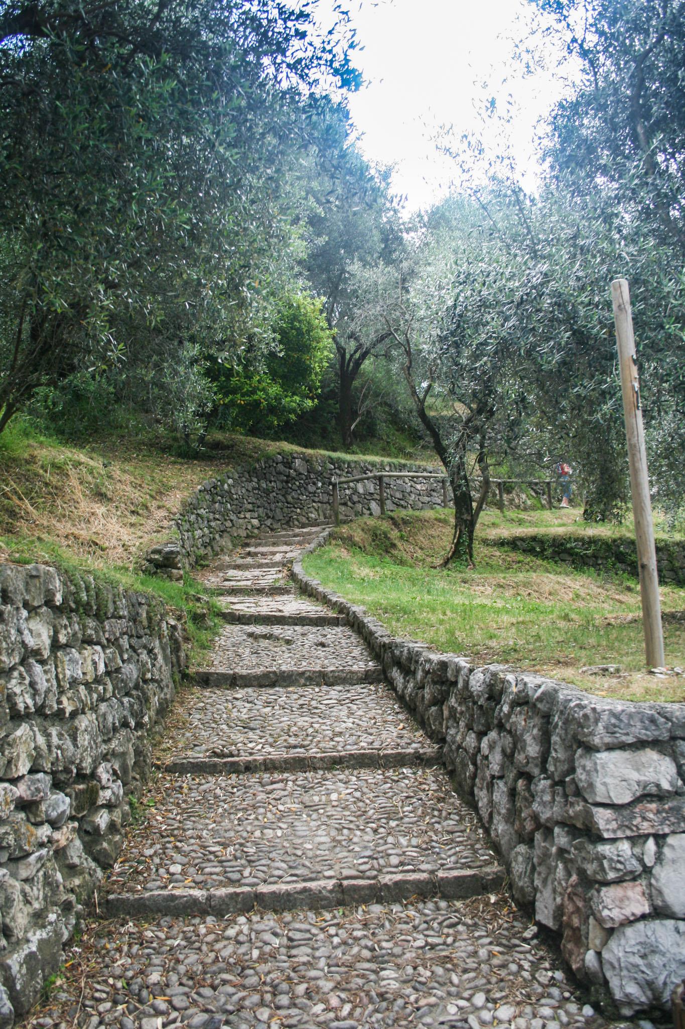 Der Weg bergauf zur Burg Arco
