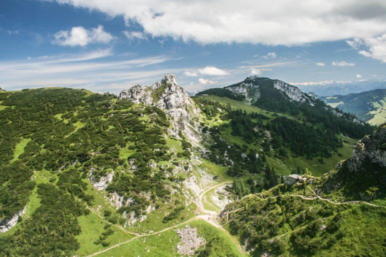 Ein großartiger Ausblick über die Latschen und Wiesen des Wendelstein-Massivs