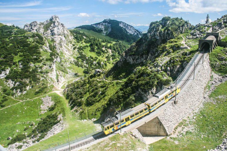 Ein Zug der Wendelstein-Zahnradbahn kurz nach Verlassen des Bergbahnhofs