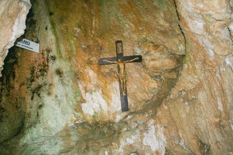 Ein Kruzifix in der Wendelsteinhöhle