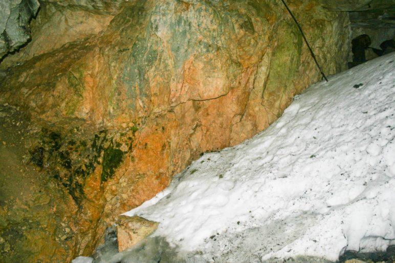Dur ein Felsloch dringt Schnee in die Wendelsteinhöhle