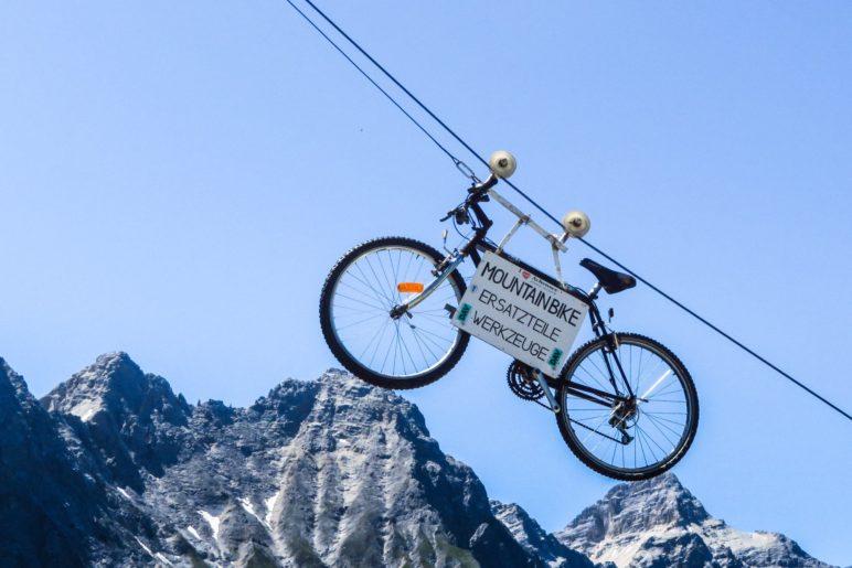 Das berühmte Fahrrad, das neben der Falkenhütte in der Luft hängt