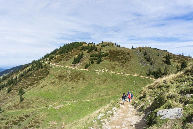 Unterhalb des Lempersbergs führt der Weg entlang