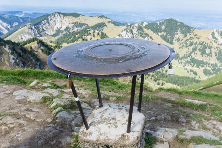 Es sind sicher über hundert Gipfel, die auf der der Platte verzeichnet sind