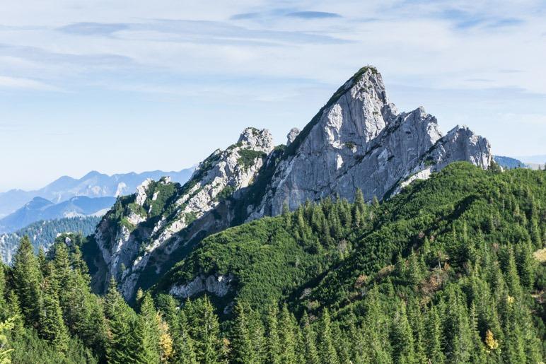 Die markanten Ruchenköpfe sind vom Rotwandhaus gtu zu sehen. Sogar die Kletterer lassen sich von hier aus beobachten.