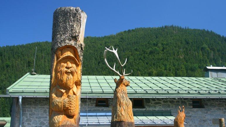 Geschnitzte Figuren an der Albert-Link-Hütte