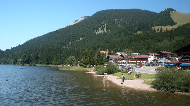 Der Ort Spitzingsee mit Badestrand