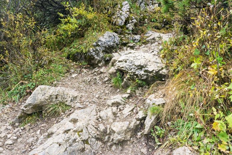 Steiniger Aufstieg zu Beginn der Wanderung
