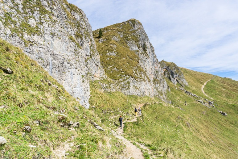 Der Wanderweg verläuft unterhalb des Rotwandkopfs
