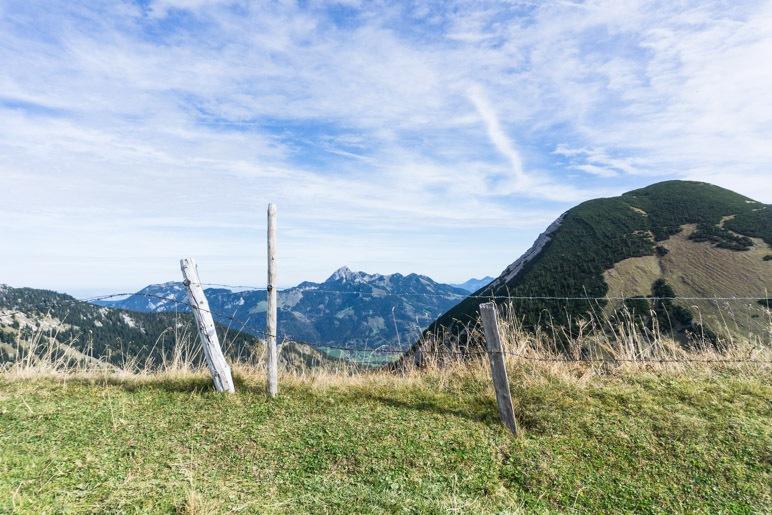 Vom Weg aus bietet sich dieser Blick auf Wendelstein und Hochmiesing