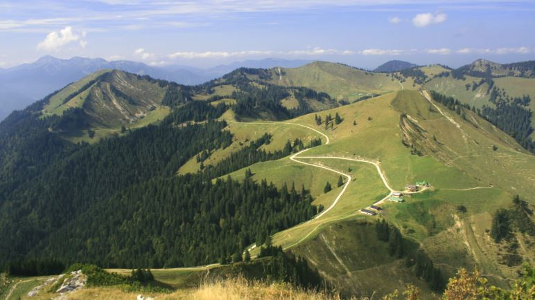 Der Blick nach Norden zur Roßstein-Alm und auf die umliegenden Berge
