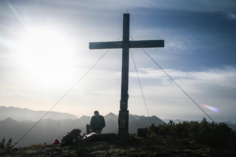 Am Gipfelkreuz der Hochplatte