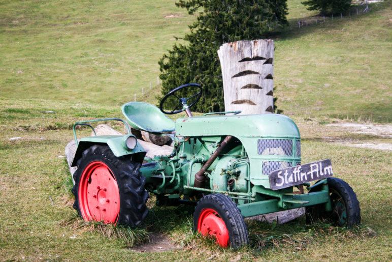 Spiel-Traktor für Kinder auf der Staffn-Alm