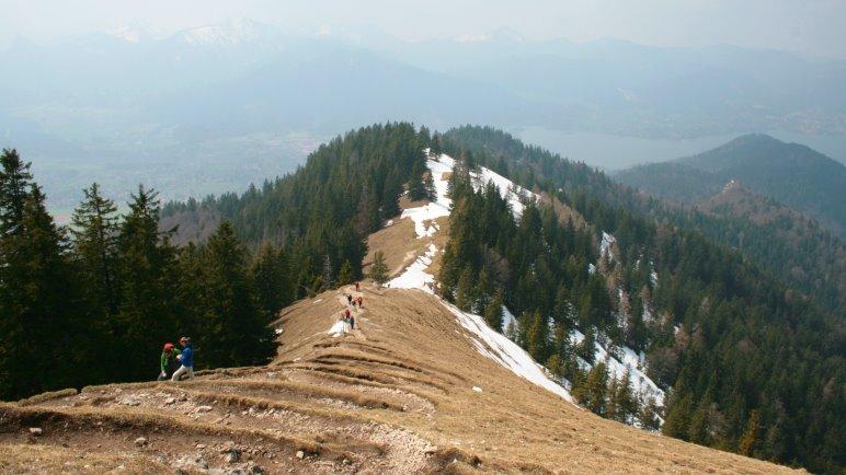 Der Blick vom Gipfel der Baumgartenschneid auf den Aufstiegsweg und den Tegernsee