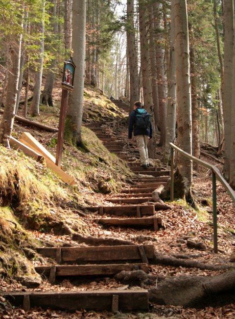 Über lange Treppen führt der Kreuzweg zur Riederstein-Kapelle