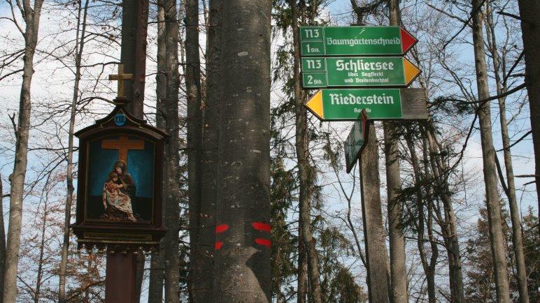 Links geht es hinauf zur Riederstein-Kapelle, rechts zur Baumgartenschneid