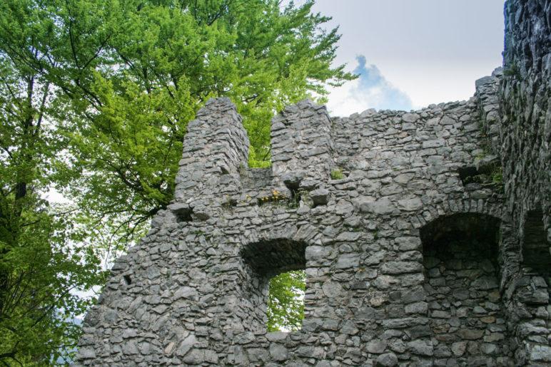 Mauerreste der Burg Werdenfels