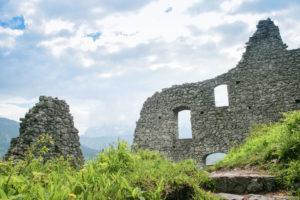 An der Ruine der Burg Werdenfels mit Blick in Richtung Garmisch-Partenkirchen und Wetterstein-Gebirge