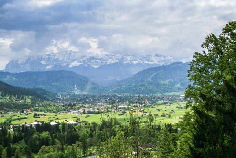 Blick auf Partenkirchen. Gut zu erkennen: Die Skisprungschanze