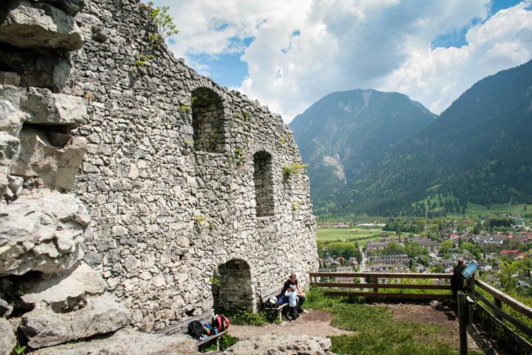 Idealer Rastplatz auf der Burg Werdenfels mit Aussicht auf die Berge und Garmisch-Partenkirchen