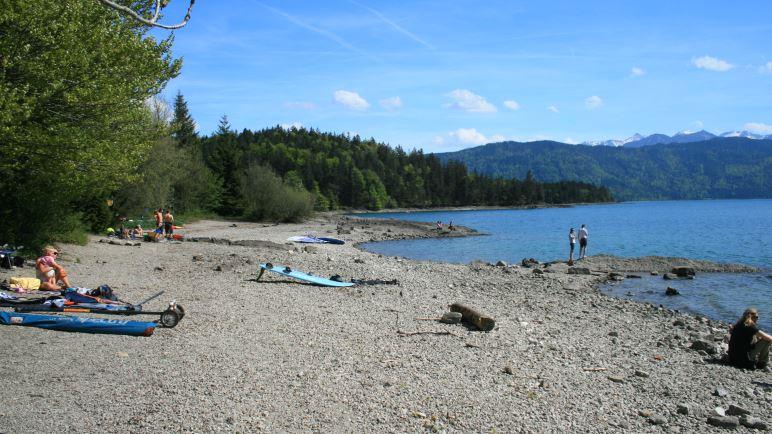 Nach dem Wandern die Füße in den Walchensee halten: unbezahlbar