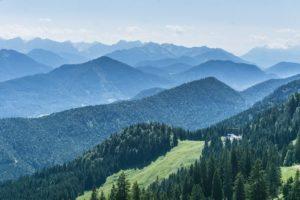 Nicht umsonst heißt der Weg Panoramaweg. Der Alpenblick ist großartig
