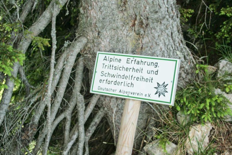 Das alte Schild, das auf Alpine Erfahrung und Trittsicherheit verweist, haben wir nicht mehr gesehen. Schadet aber nicht, wenn man sie hat