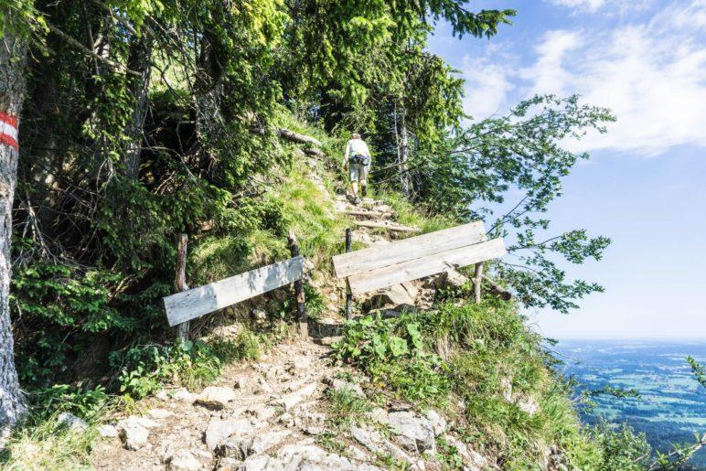 Es folgt ein kurzer, steiler und steiniger Aufstieg entlang der Hangkante