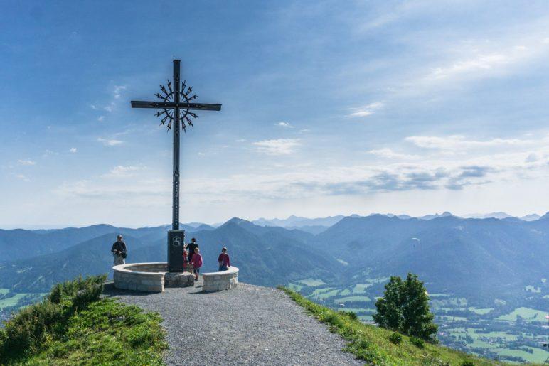 Am Gipfelkreuz des Brauneck in 1555 Metern Höhe
