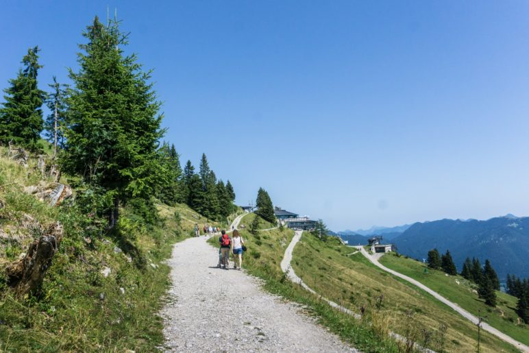 Auf dem breiten Brauneck-Panoramaweg