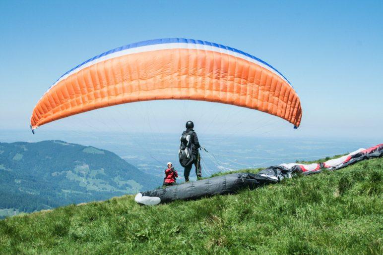 Fast direkt neben dem Gipfelkreuz ist der Startplatz der Paraglider