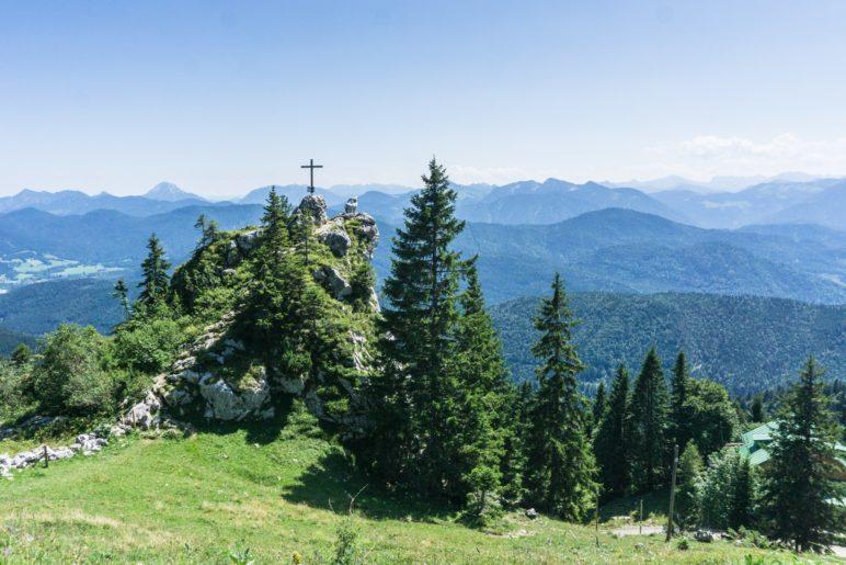 Das Gamsköpfl mit Gipfelkreuz und Steinbock