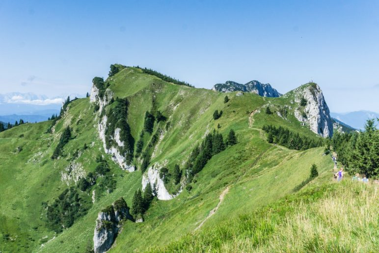 Der große Höhenweg am Brauneck führt zum Latschenkopf (links) und dem Vorderen Kirchstein (rechts)