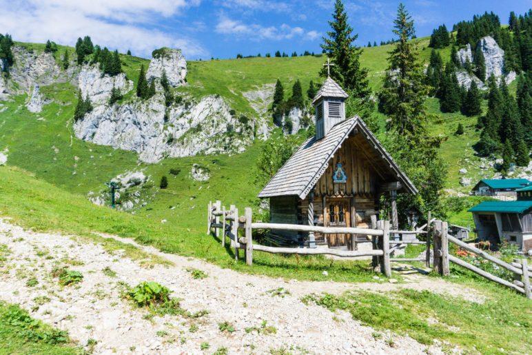 An der Kapelle der Stie-Alm, den Kletterfelsen im Blick