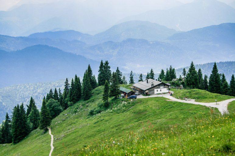Die Tölzer Hütte am Brauneck vor dem Alpenpanorama
