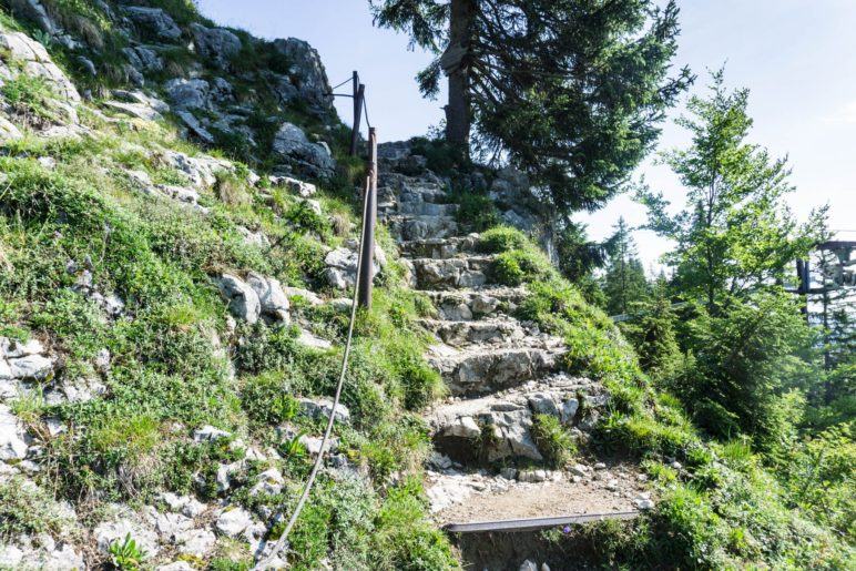Abstieg über die Treppe, mit Seilsicherung