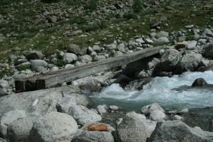 Eine Bretterbrücke führt über den Wildbach